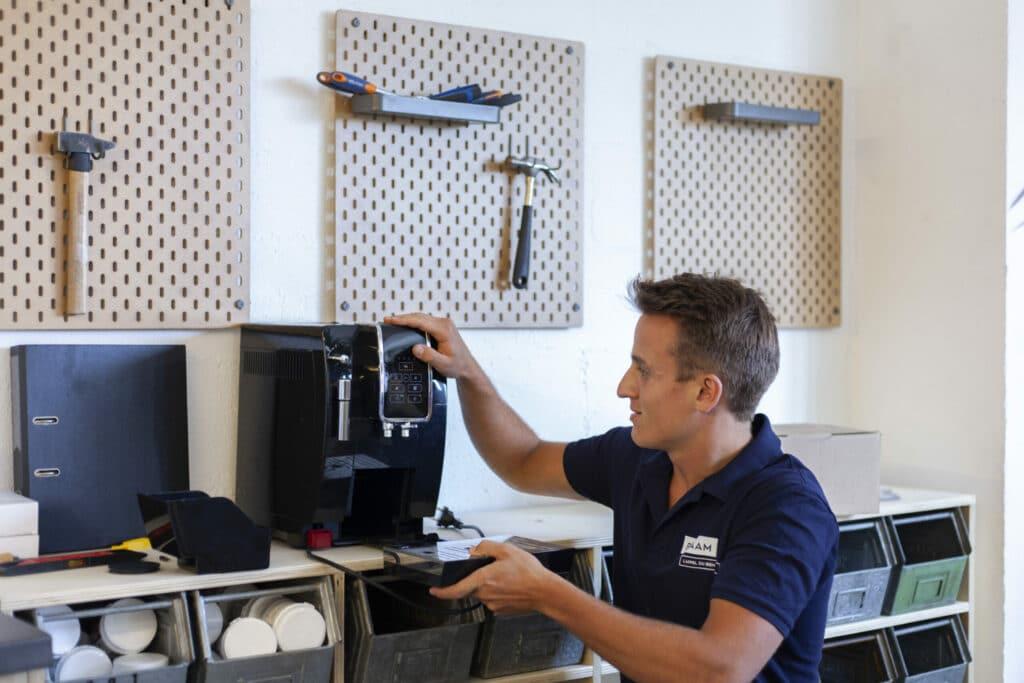 Inspection et réparation d'une machine à café en atelier