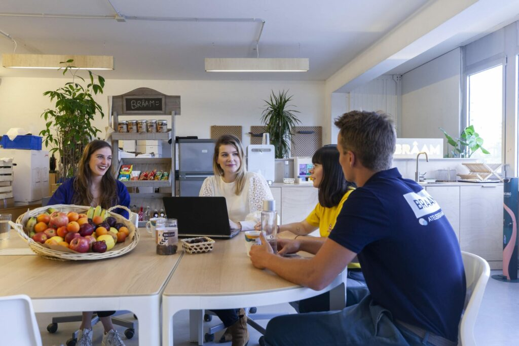 Collaborateurs Brâam en réunion au bureau fruits café et snacks