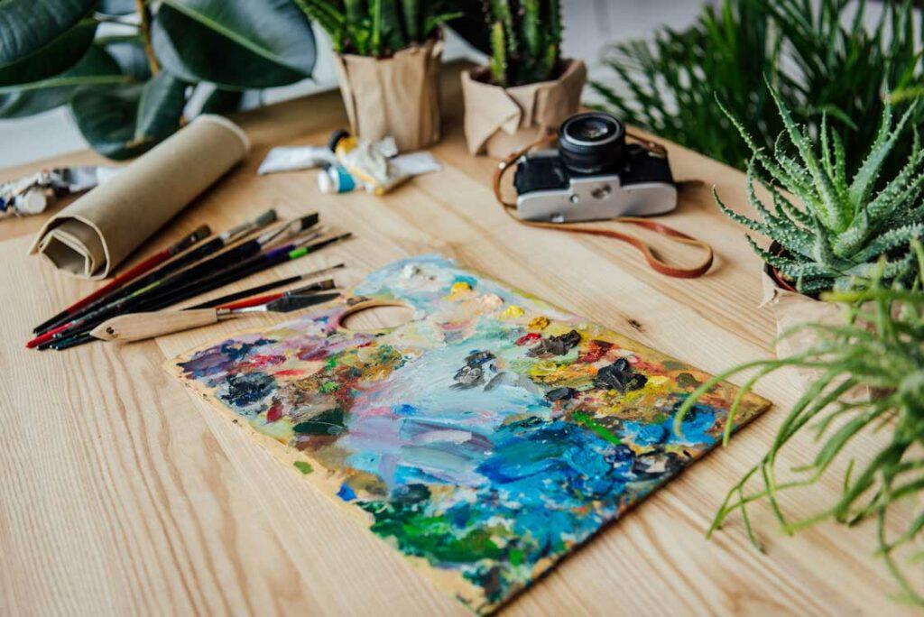 créativité au travail avec peinture et appareil photo