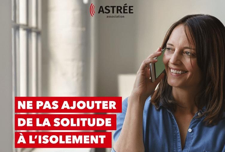 bénévole de l'association astrée au téléphone avec une personne isolée