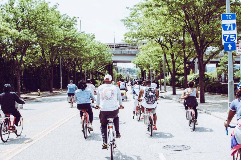 balade groupée de personnes à vélo.