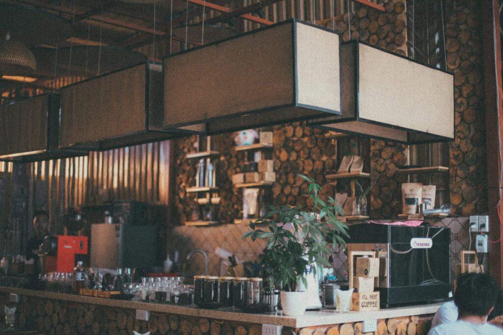 Cafétéria bar style vintage, café et snacks sains