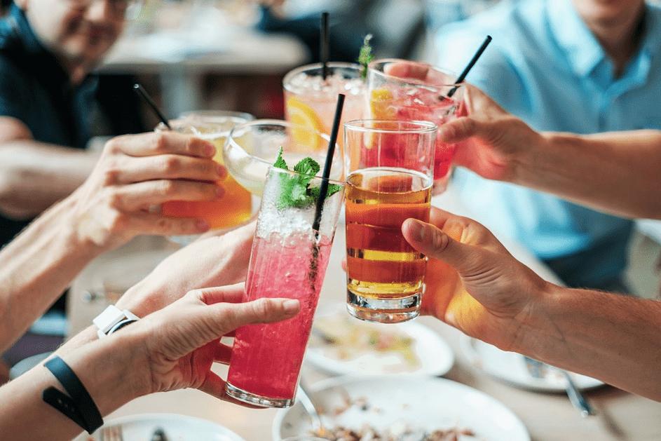 collègues trinquant avec des cocktails lors d'un after work