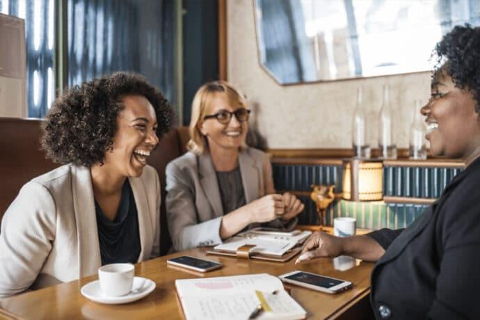 collaborateurs heureux en réunion avec une tasse de café brâam
