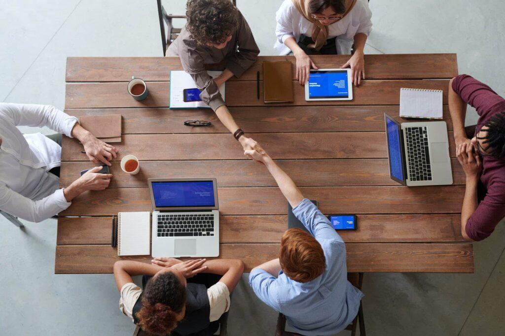 une equipe qui travaille autour d une table