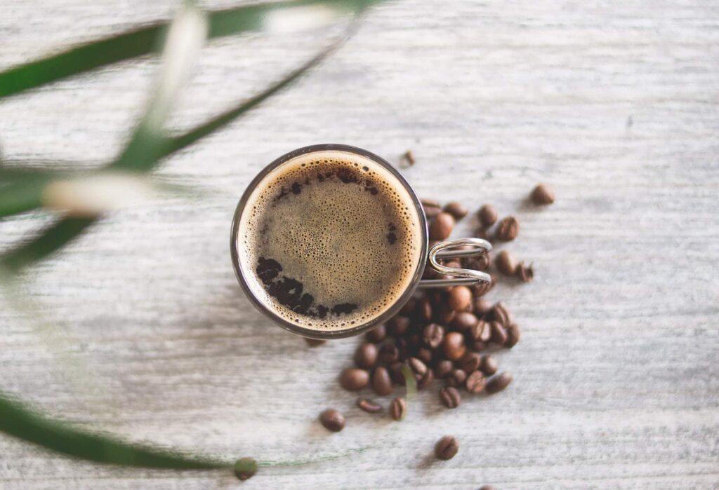 pause café au bureau avec le café en grains brâam