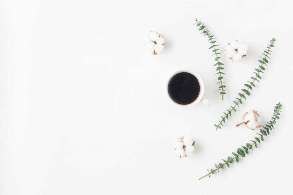 un café est posé sur la table décorée de façon naturelle