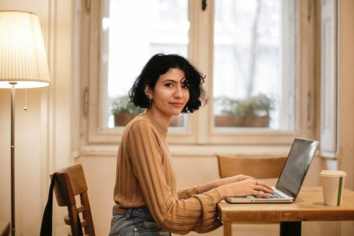 Télétravail femme ordinateur portable