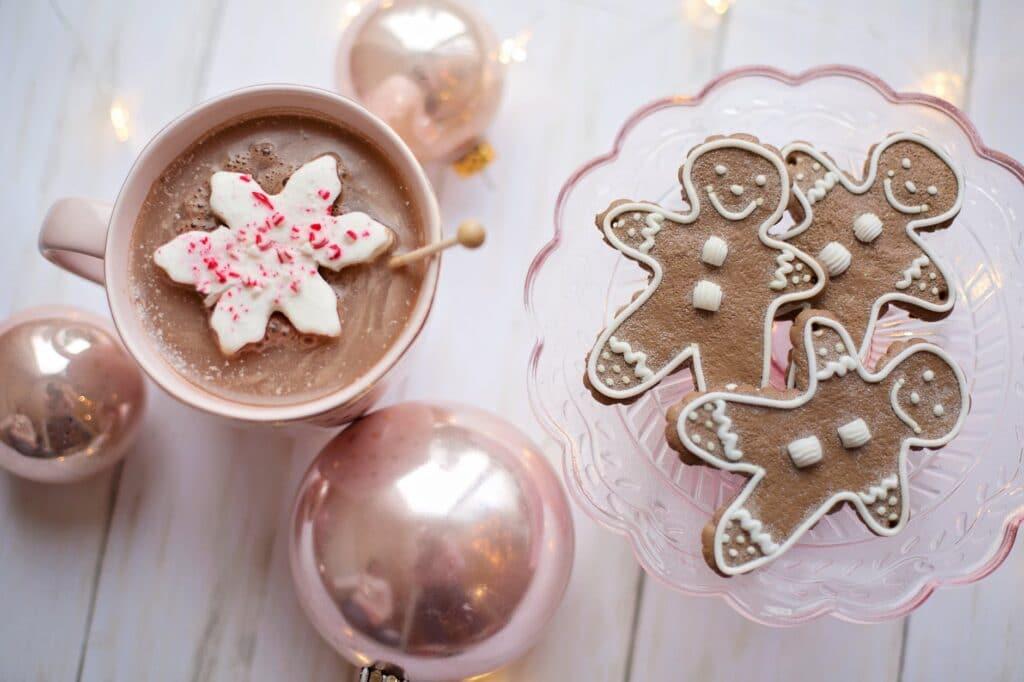 chocolat chaud et gâteau pour les fetes