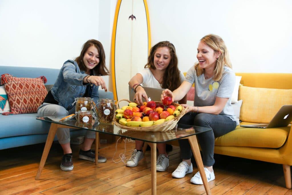 trois femme autour d une corbeille de fruits braam