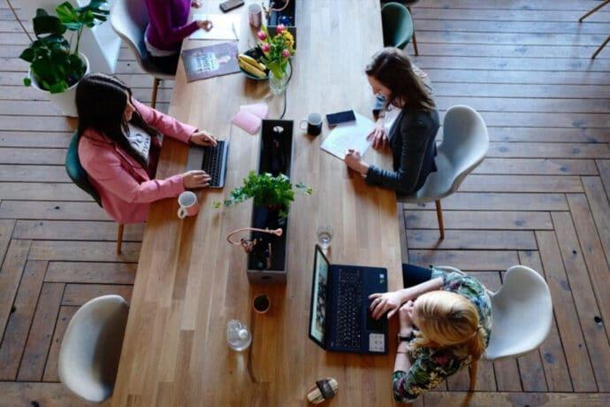 equipe qui travaille autour d un bureau