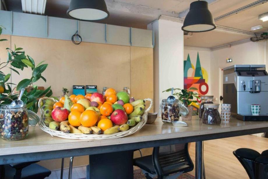 Corbeille de fruits de saison dans une cafétéria avec snacks sains