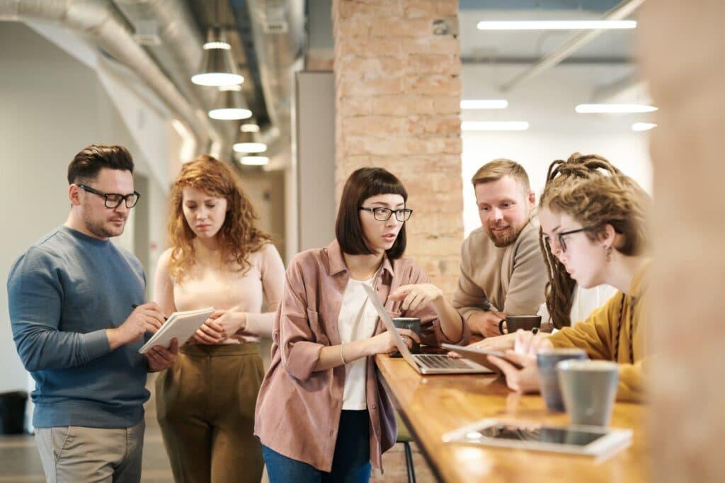 equipe qui travaille autour d'un ordinateur