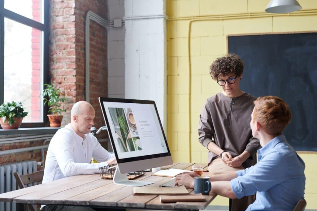 equipe en reunion autour d un ordinateur