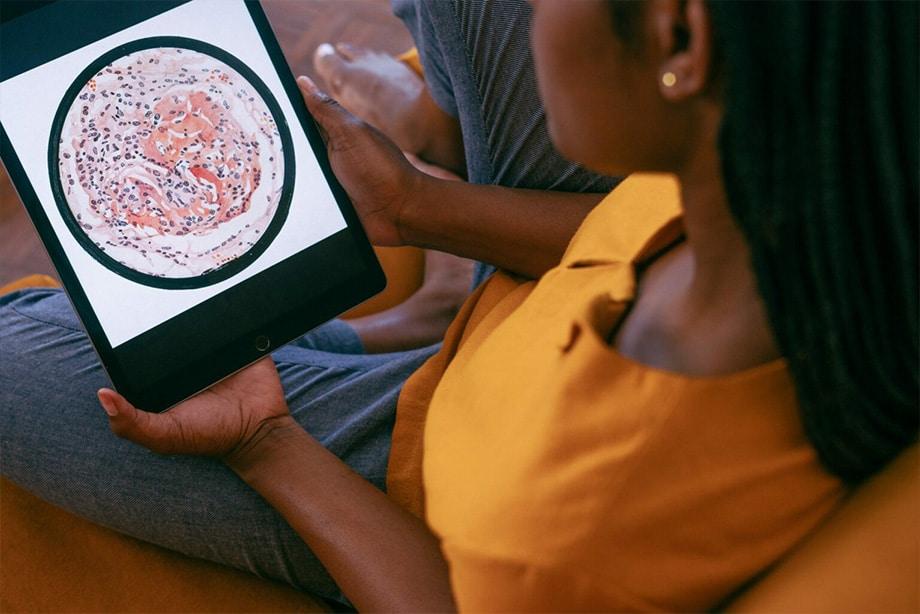 une jeune femme regarde une image d'expérience psychologique