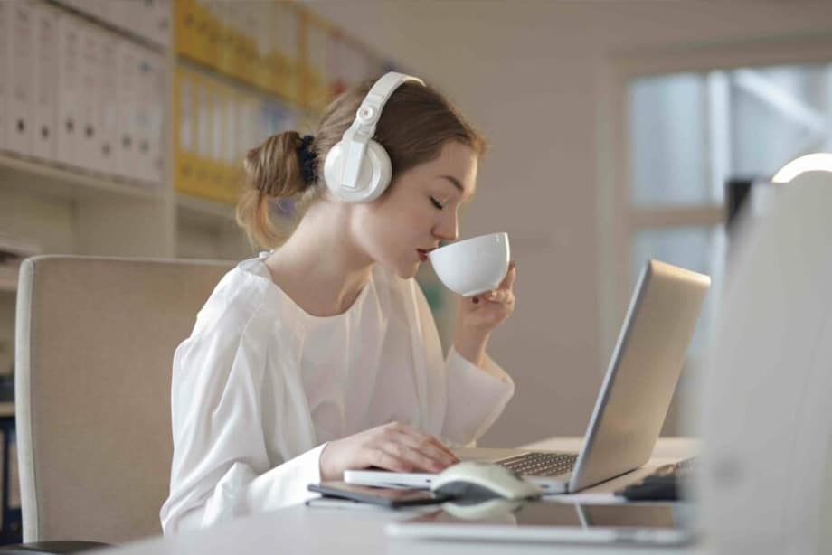 jeune femme savourant un café sur son lieu de travail