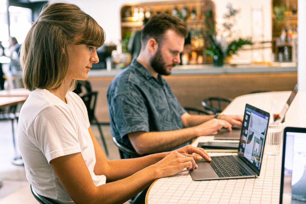femme et homme qui travaillent sur ordinateur