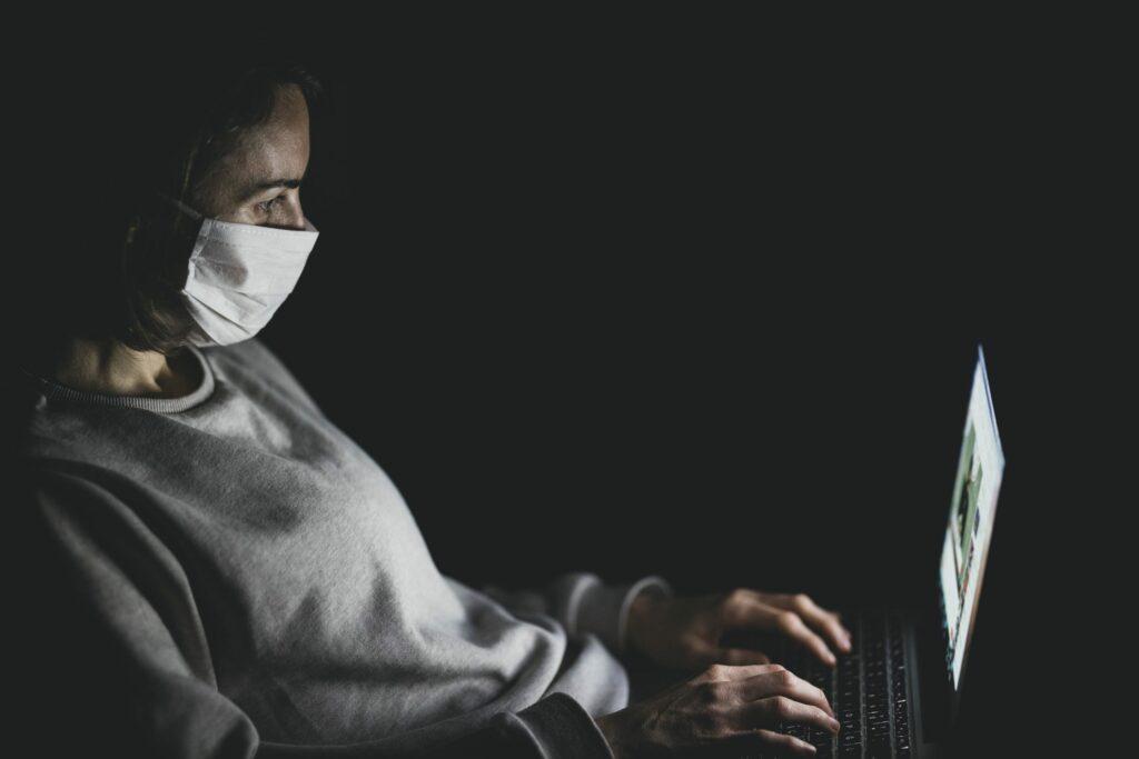 une femme, en télétravail chez elle, tape sur son ordinateur portable