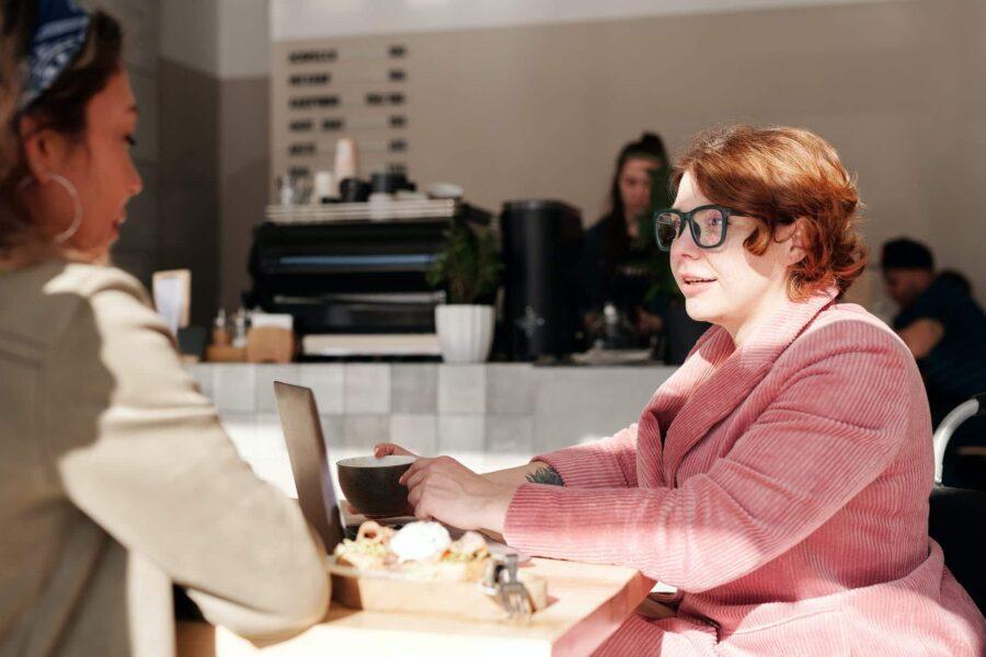 femmes au bureau qui échangent