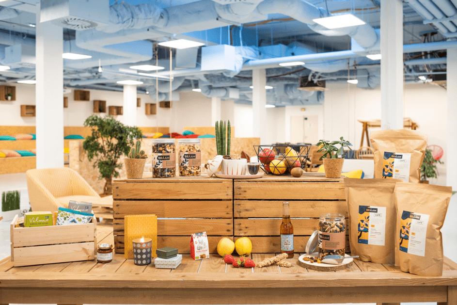 gamme brâam présentant fruits, snack, café en grains, plantes