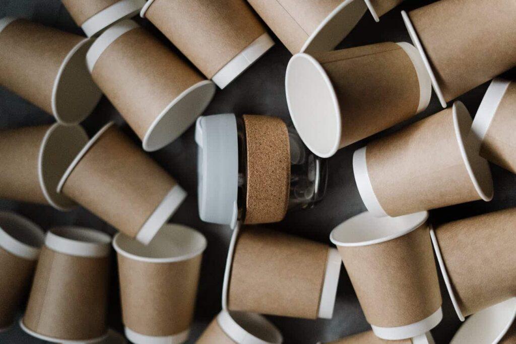 gobelets braam éparpillés sur une table avec au centre un mug à café braam