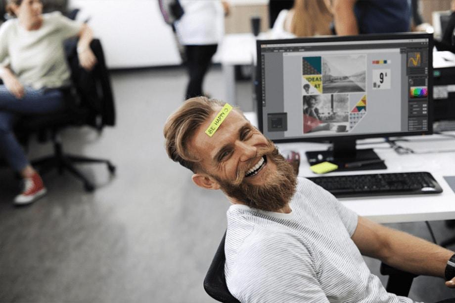 homme heureux ordinateur happy sourire rire travail