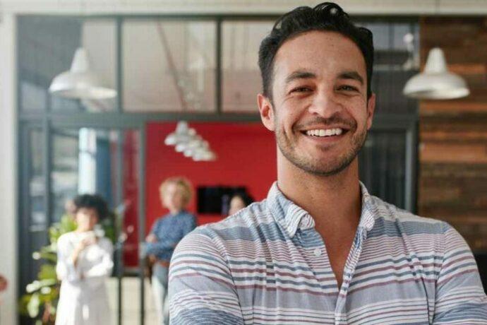 homme souriant et heureux au travail