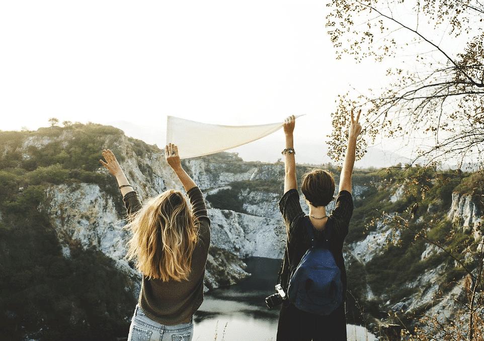 jeunes femmes brandissant un drapeau après une randonnée