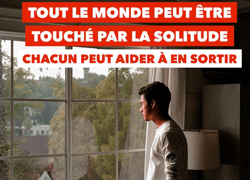 jeune homme regardant devant la fenêtre, seul, isolé