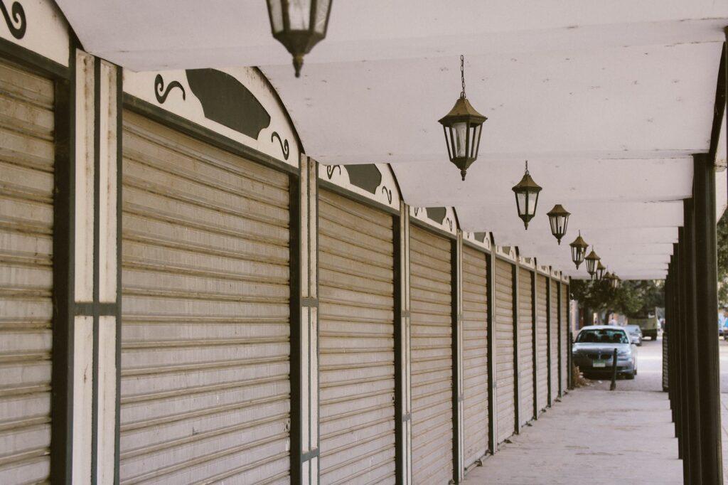 rue déserte et magasins fermés