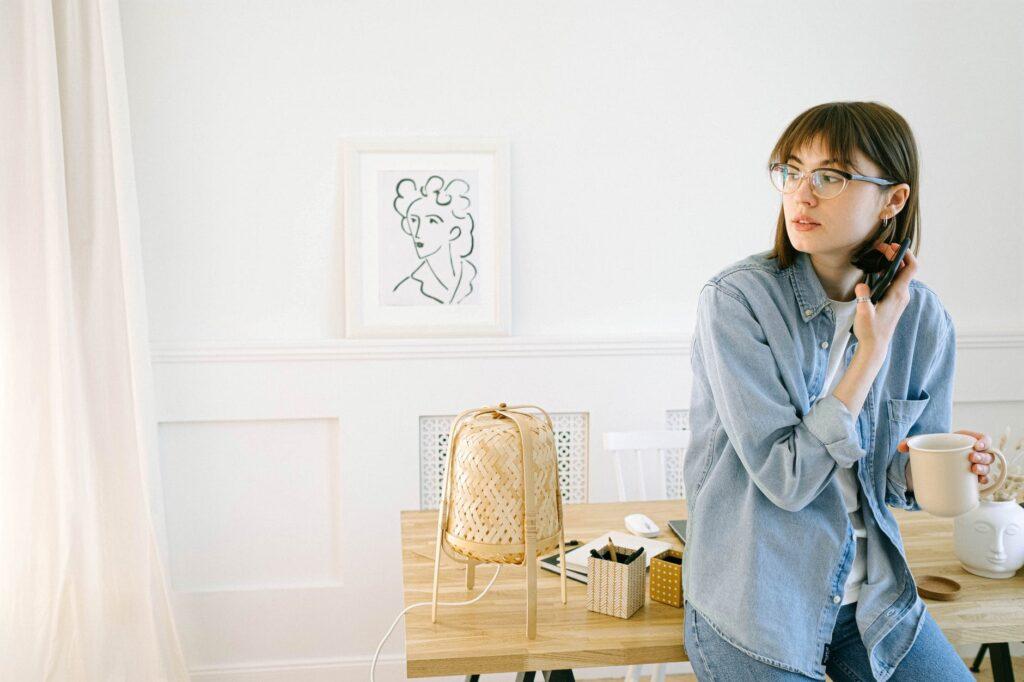 jeune femme prenant une pause café à son bureau