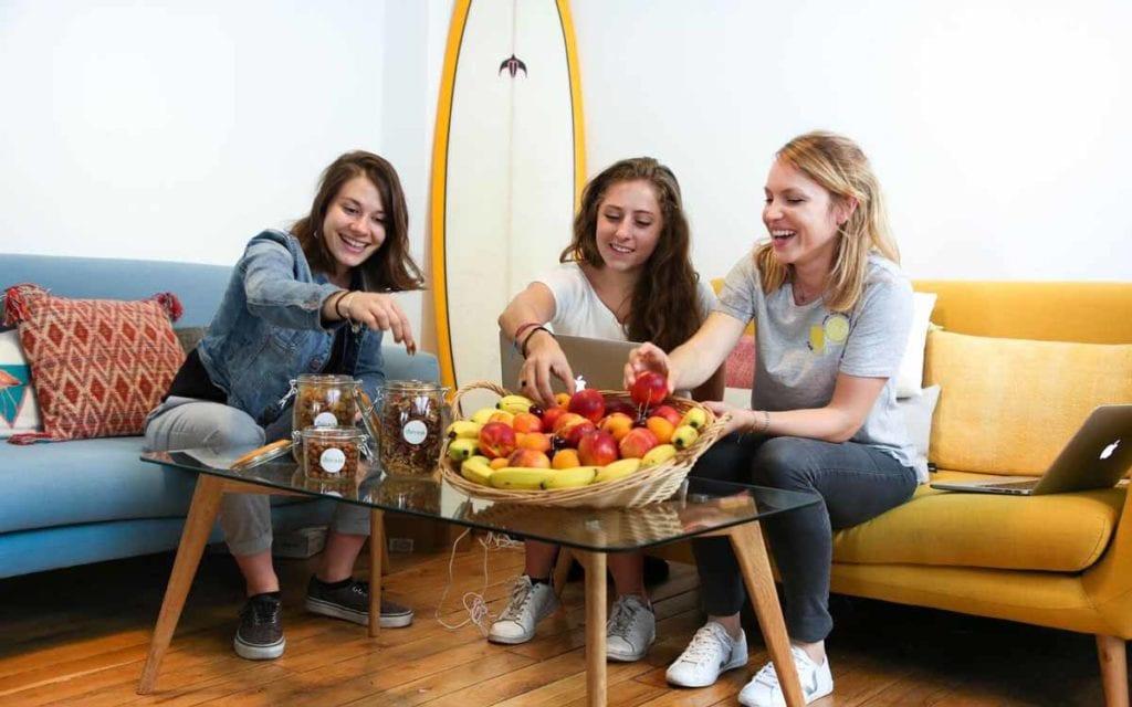 salariés prenant une pause café en mangeant des fruits frais et snacks brââm