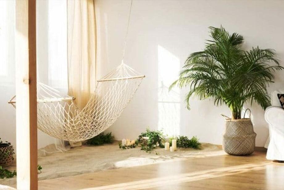 Salle de pause avec un hamac et des plantes d'intérieures.