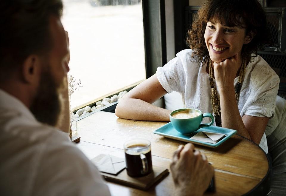 un homme et une femme discute autour d'un café