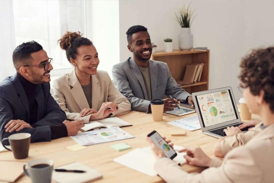 personnes en réunion autour d'une table qui discutent