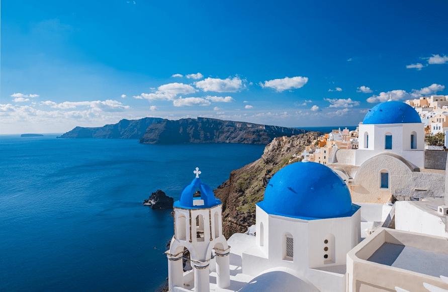 point de vue de santorin avec les maisons blanches aux toits bleus