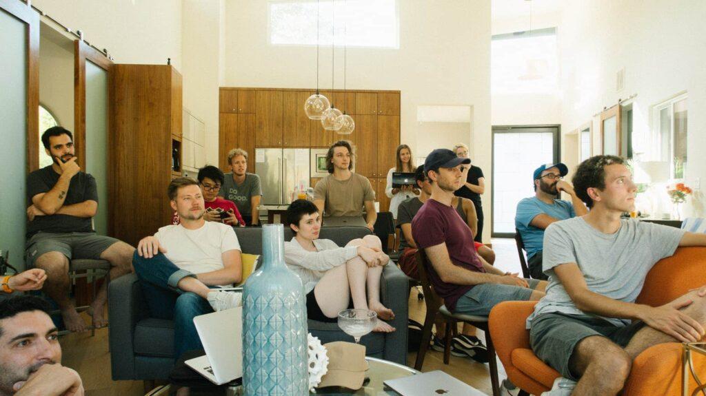 un groupe de collègue sont concentrés lors d'une prise de parole ou une réunion collaborative